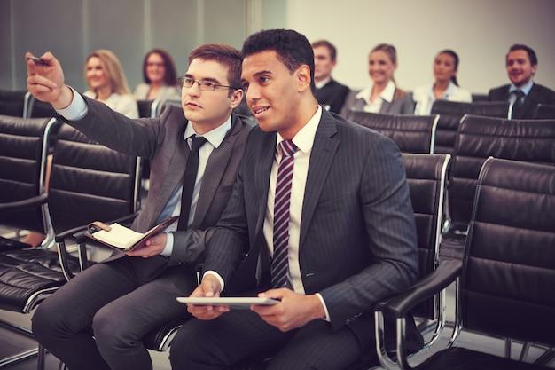 I dirigenti prestando attenzione alla conferenza