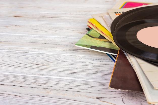 I dischi si impilano con il disco sopra il tavolo di legno. vintage filtrato