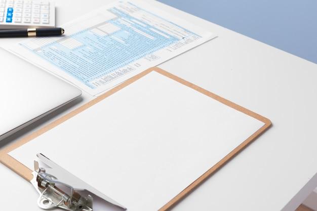 I documenti aziendali rappresentano un grafico dei successi finanziari, analizza i piani dei documenti