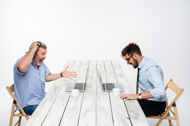 I due colleghi lavorano insieme in ufficio