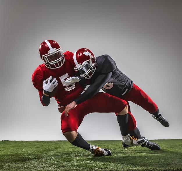 I due giocatori di football americano in azione