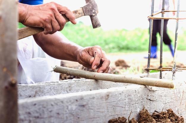 I falegnami usano i martelli per unghie in cantiere