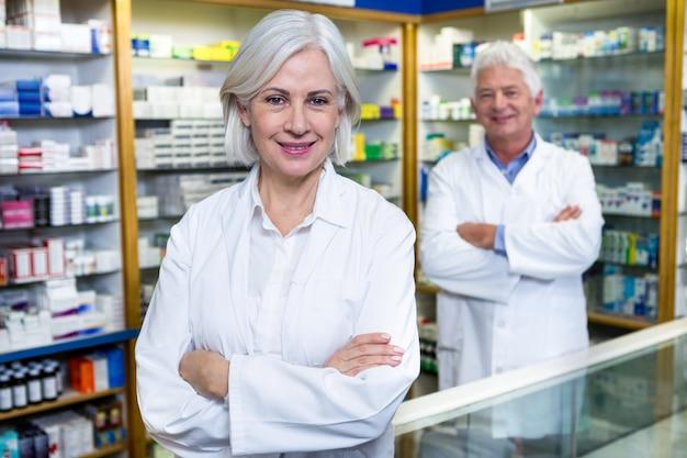 I farmacisti in piedi con le braccia incrociate