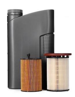 I filtri dell'automobile e l'olio per motori possono isolato su bianco, alto vicino.