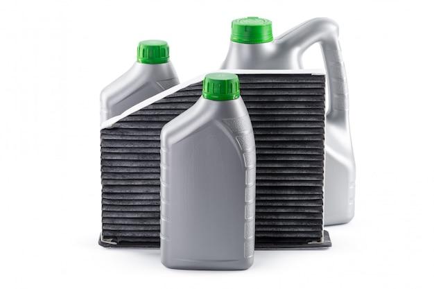 I filtri dell'automobile e l'olio per motori possono isolato su bianco