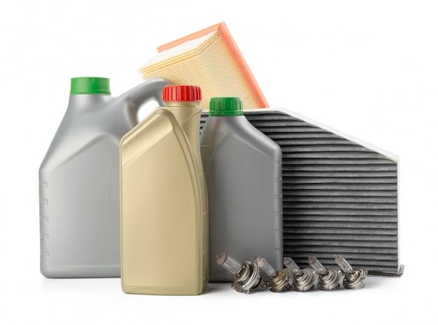 I filtri dell'olio dell'automobile e l'olio del motore possono isolato su bianco