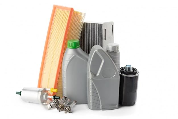 I filtri dell'olio dell'automobile e l'olio per motori possono isolato su bianco