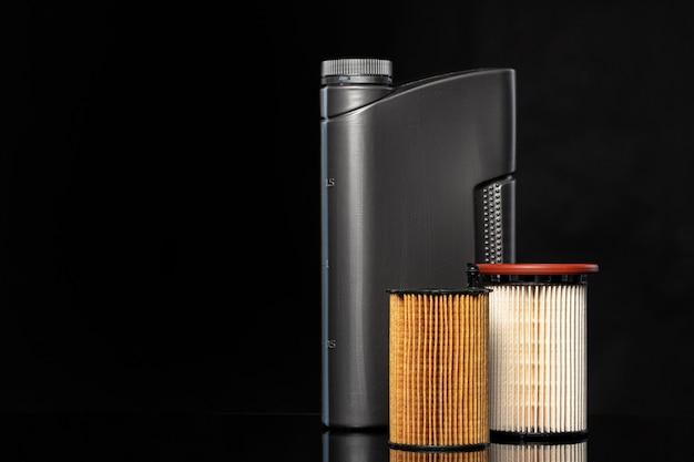 I filtri dell'olio per auto e l'olio motore possono su sfondo scuro