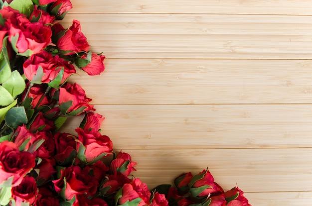 I fiori di rosa hanno sistemato la priorità bassa con copyspace