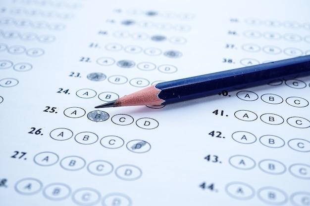I fogli di risposta con il disegno a matita riempiono per selezionare la scelta