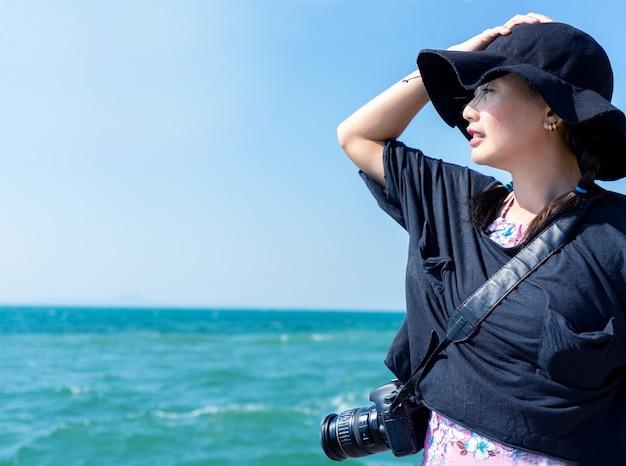 I fotografi professionisti viaggiano verso il mare per fotografare la natura.