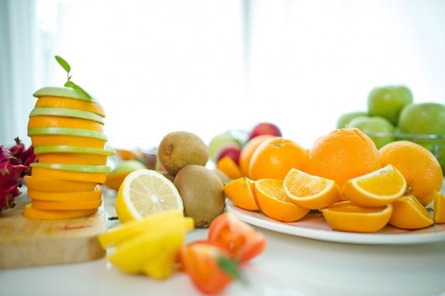 I frutti dell'amante della salute frutta sana e assistenza sanitaria per mangiare cibo sano. alla pelle