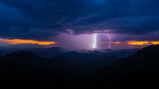 I fulmini colpiscono da una tempesta al tramonto