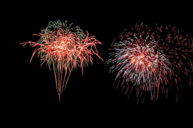 I fuochi d'artificio astratti illuminano il cielo scuro