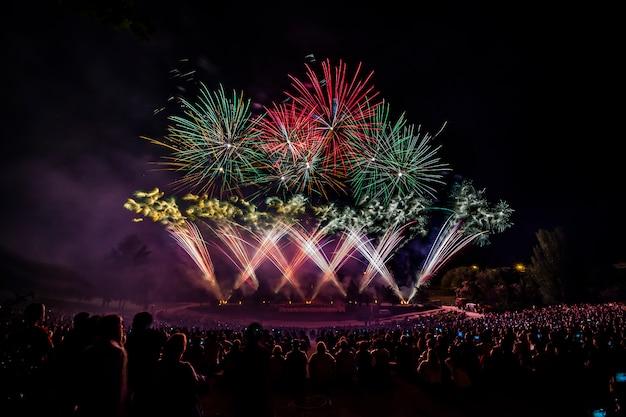 I fuochi d'artificio con silhouette dell'auditorium