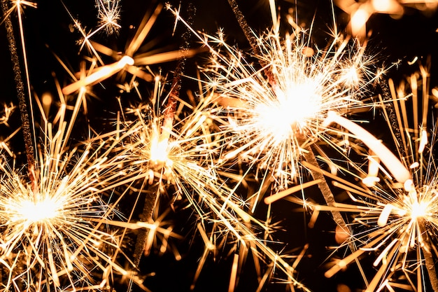 I fuochi d'artificio del primo piano si accendono sulla notte del nuovo anno