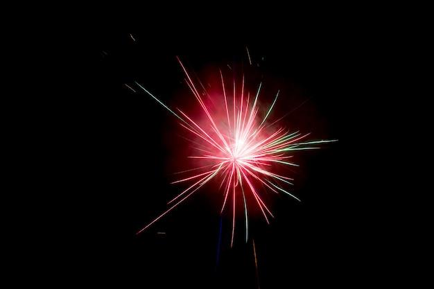 I fuochi d'artificio esplodono scintillanti con risultati abbaglianti
