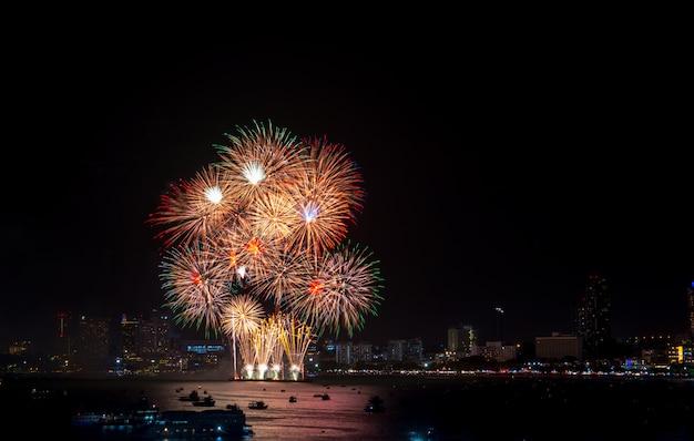 I fuochi d'artificio hanno esplorato sopra paesaggio urbano alla notte in porto marittimo a pattaya celebrat festivo di festa