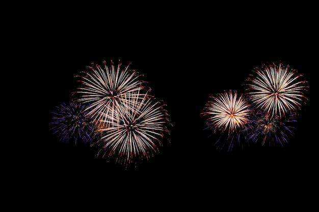 I fuochi d'artificio illuminano il cielo con uno spettacolo abbagliante