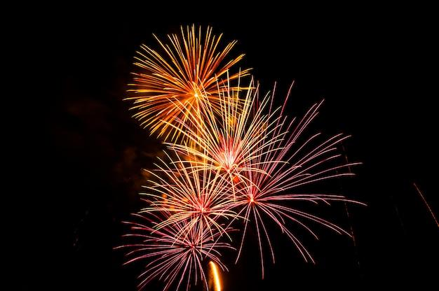 I fuochi d'artificio illuminano il cielo