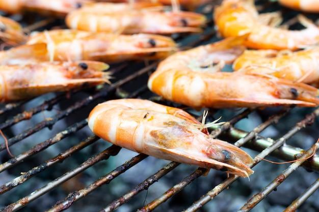 I gamberetti sono stati cucinati sullo sfondo della griglia del barbecue
