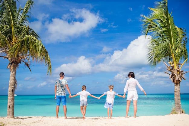 I genitori con due bambini godono la loro vacanza caraibica sull'isola di antigua