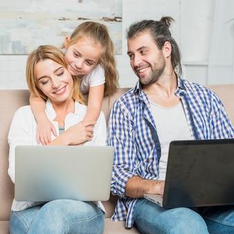 I genitori lavorano con i laptop