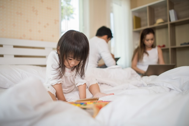 I genitori non si preoccupano dei loro figli e il bambino gioca sempre al telefono.