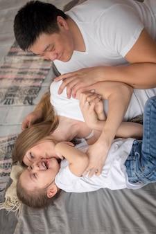 I genitori si divertono con la figlia