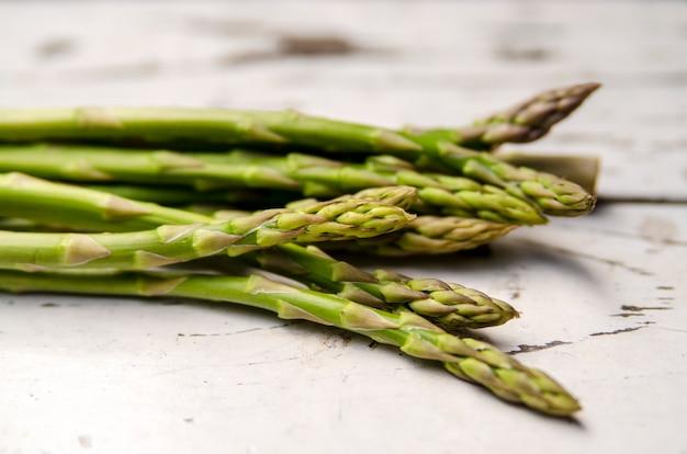 I germogli verdi freschi dell'asparago si chiudono su