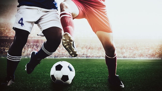 I giocatori di calcio di calcio concorrenza squadra rossa e blu nello stadio di sport
