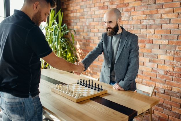 I giocatori di scacchi si stringono la mano prima della partita