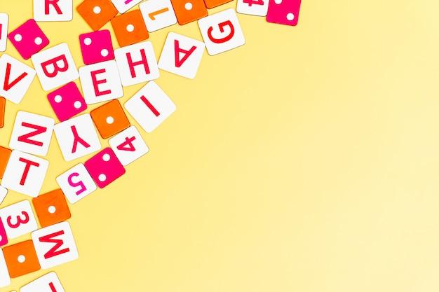 I giocattoli dei bambini su fondo giallo con i giocattoli mettono a piano la vista superiore con il centro vuoto