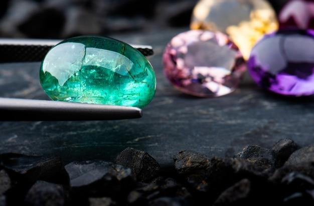 I gioielli con gemme di smeraldo.