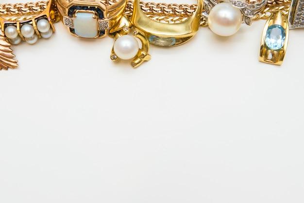 I gioielli di moda rasentano il bianco