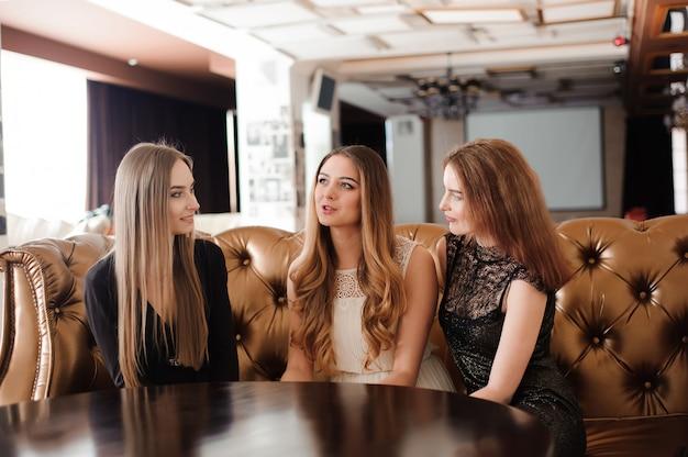 I giovani amici discutono e riposano in un caffè