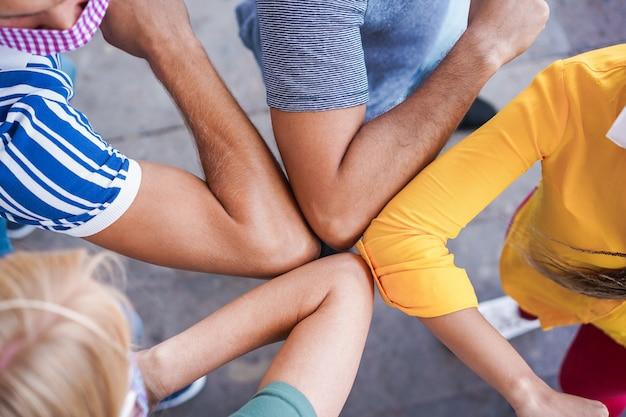 I giovani amici sbattono i gomiti