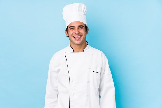 I giovani cucinano l'uomo isolato felice, sorridente e allegro.