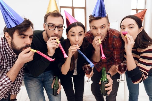 I giovani dipendenti dell'azienda festeggiano le vacanze