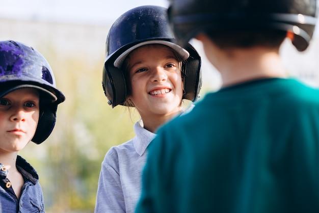 I giovani giocatori di baseball comunicano tra loro dopo l'allenamento