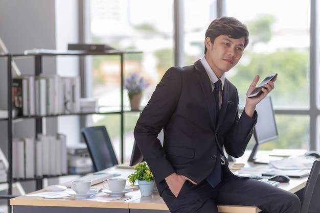 I giovani imprenditori stanno parlando al telefono.