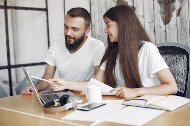 I giovani lavorano insieme e usano il laptop