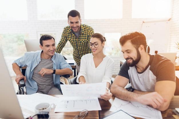 I giovani lavoratori hanno una conversazione in ufficio moderno.