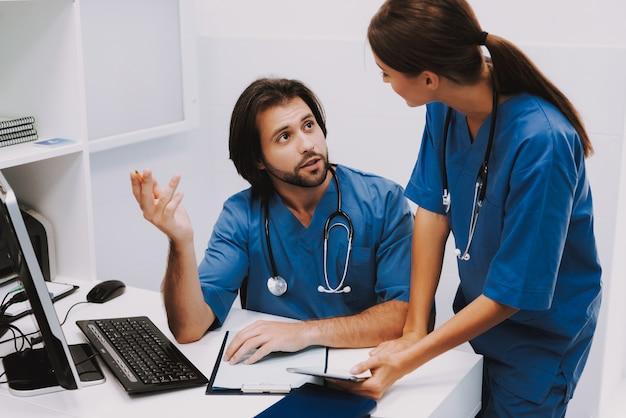 I giovani medici lavorano sulla storia medica fanno ricerche