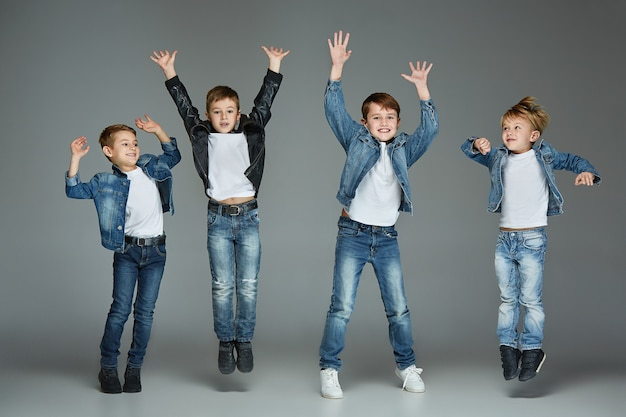 I giovani ragazzi saltano