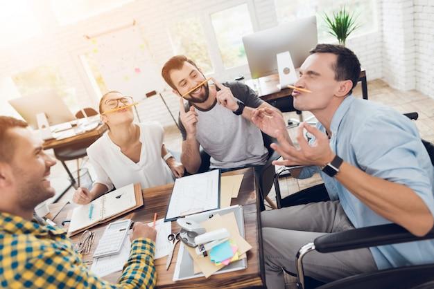I giovani responsabili che si rilassano sull'irruzione nell'ufficio moderno.