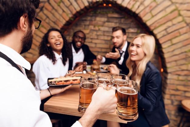 I giovani si divertono insieme al bar.