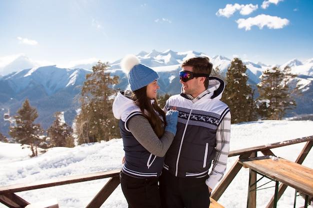 I giovani si riposano dopo aver sciato in montagna, in inverno.