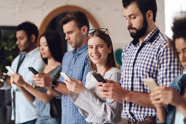 I giovani sono in linea con i telefoni cellulari.