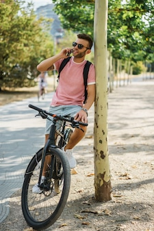 I giovani sport equipaggiano su una bicicletta in una città europea. sport in ambienti urbani.